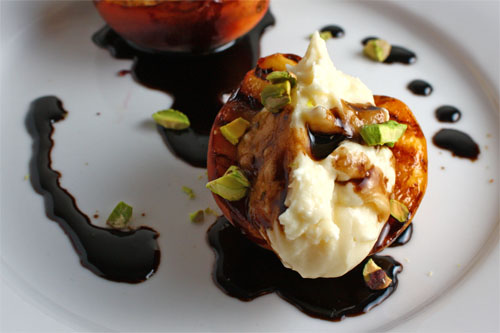 grilled-peaches-with-mascarpone-and-balsamic-syrup-500